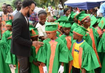 Photos: Kcee Gives Out Scholarships To Graduating Students In Abia State