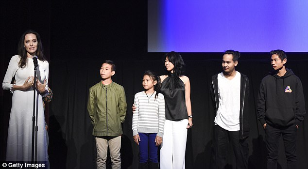 Angelina Jolie brings all six of her children with her to her movie premiere (Photos)
