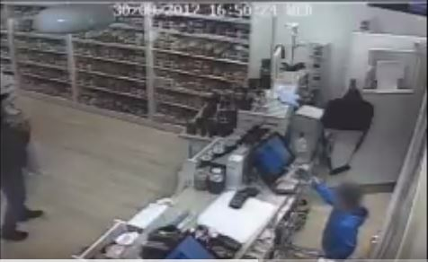 How a 5-year-old boy was used to steal a phone at a store (Video)