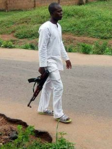 Viral photo of a casually dressed armed police man in Rivers state
