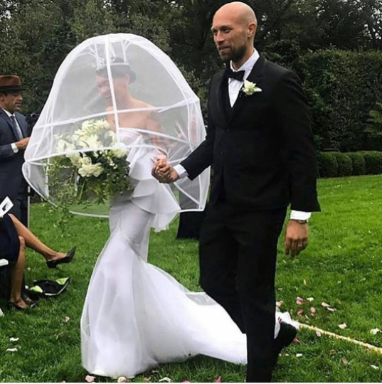 Choi! Check out the unique veil a woman wore for her wedding