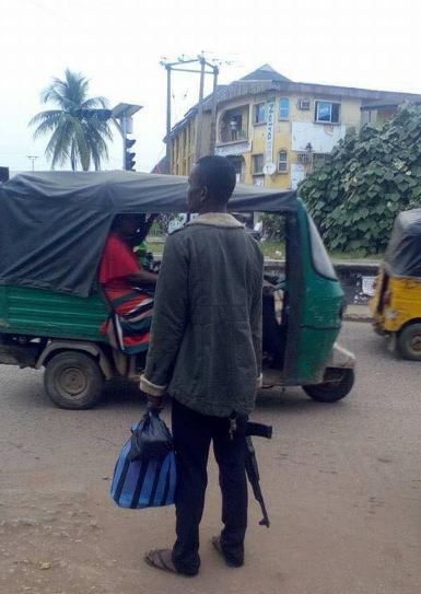 Man dressed in mufti spotted with an AK-47 on the streets of Owerri (photos)