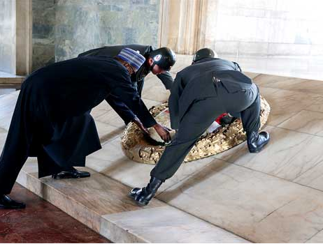 Photos: Present Buhari lays wreath at the tomb of Turkey?s founding father