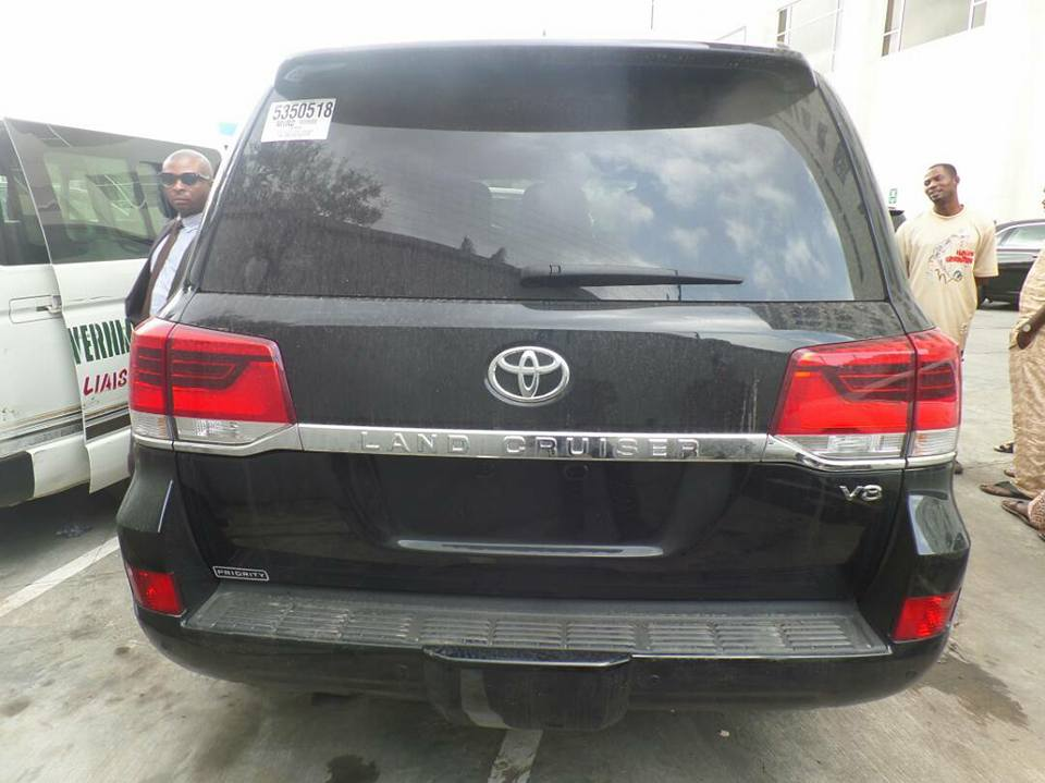 Photos: Ekiti state governor, Ayo Fayose, gifts former governor of the state, Niyi Adebayo, a brand new Land cruiser