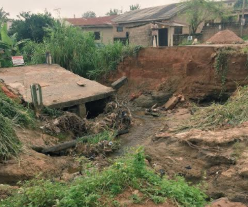 Photos: Oyo state resident calls on the state government to fix the Kuola bridge which collapsed due to heavy rain