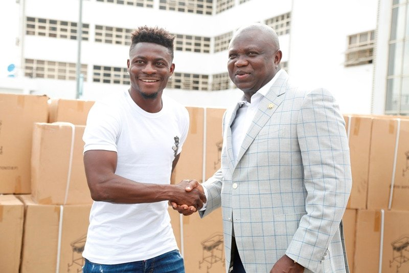 ?Obafemi Martins donates wheelchairs, crutches and hospital ?beds to the Lagos State Government (Photos)