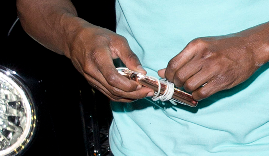 Floyd Mayweather shows off diamond encrusted iPod reportedly worth $1m,?the headphones alone cost $50k (Photos)