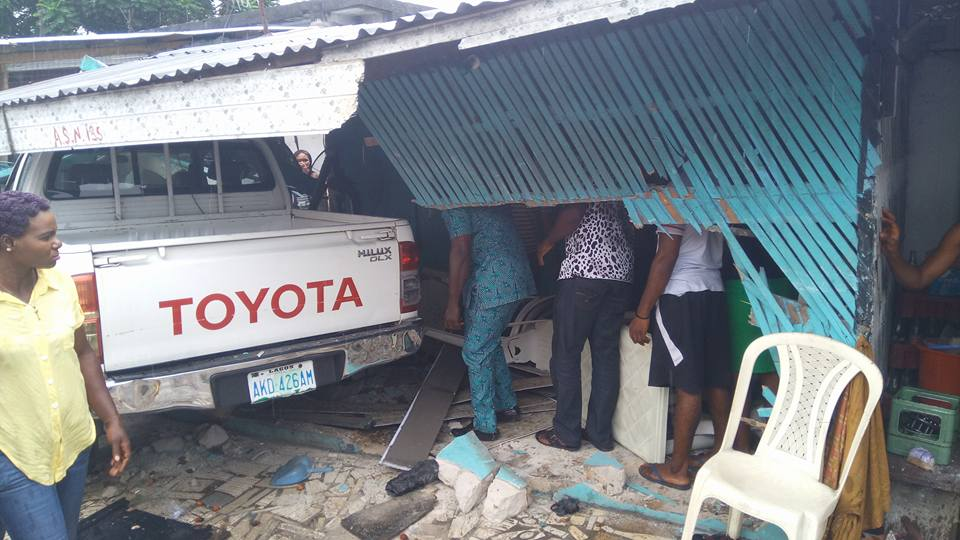 Photos: Lady left unconscious after car suffers brake failure and rams into a building in Port Harcourt