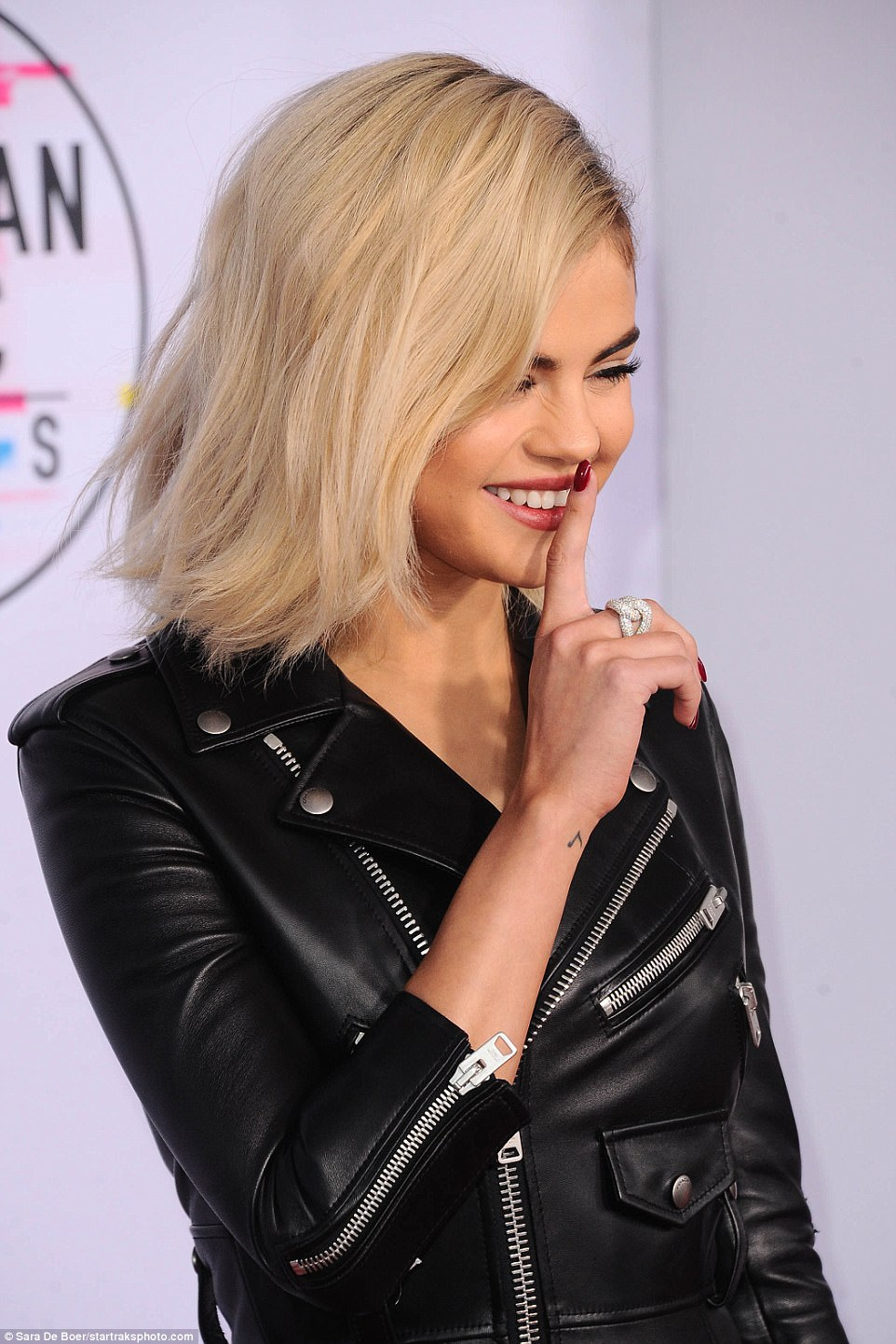 Selena Gomez debuts newly dyed blonde hair at the American Music Awards