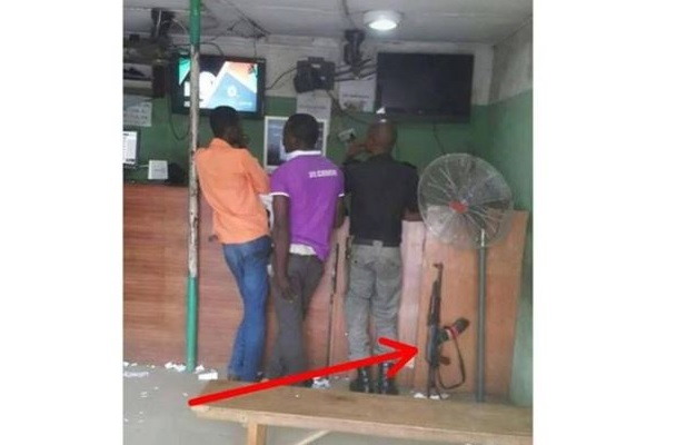 Nigerian Police officer carelessly drops his rifle to gamble (Photo)