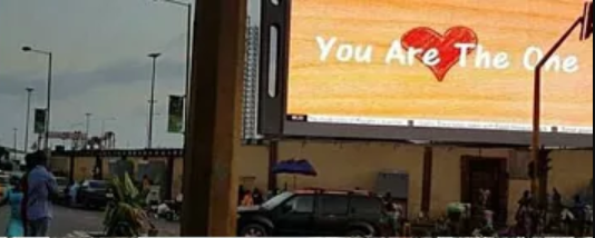 Nigerian man proposes to his girlfriend using a billboard at CMS in Lagos