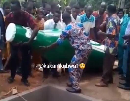 Man is buried in a giant beer bottle coffin (photo/video)