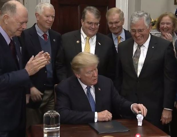 President Trump signs new?order to send American astronauts?to the moon