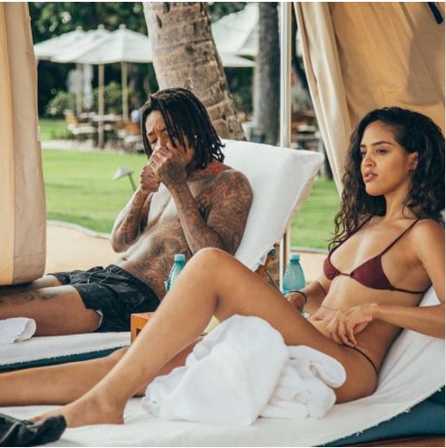 Shirtless Wiz Khalifa and girlfriend Izabela Guedes enjoy the beach in Hawaii (photos)