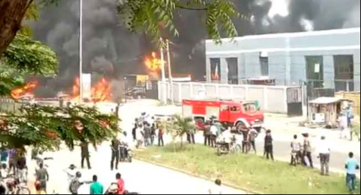 Festac fire update: Fire spreads to houses, furniture shop, and car shop as LASEMA and Lagos State FIre Service arrives the scene (photos/video)