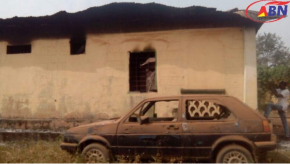 Suspected armed robbers, drug dealers burn down police station in Abia state; free 2 inmates