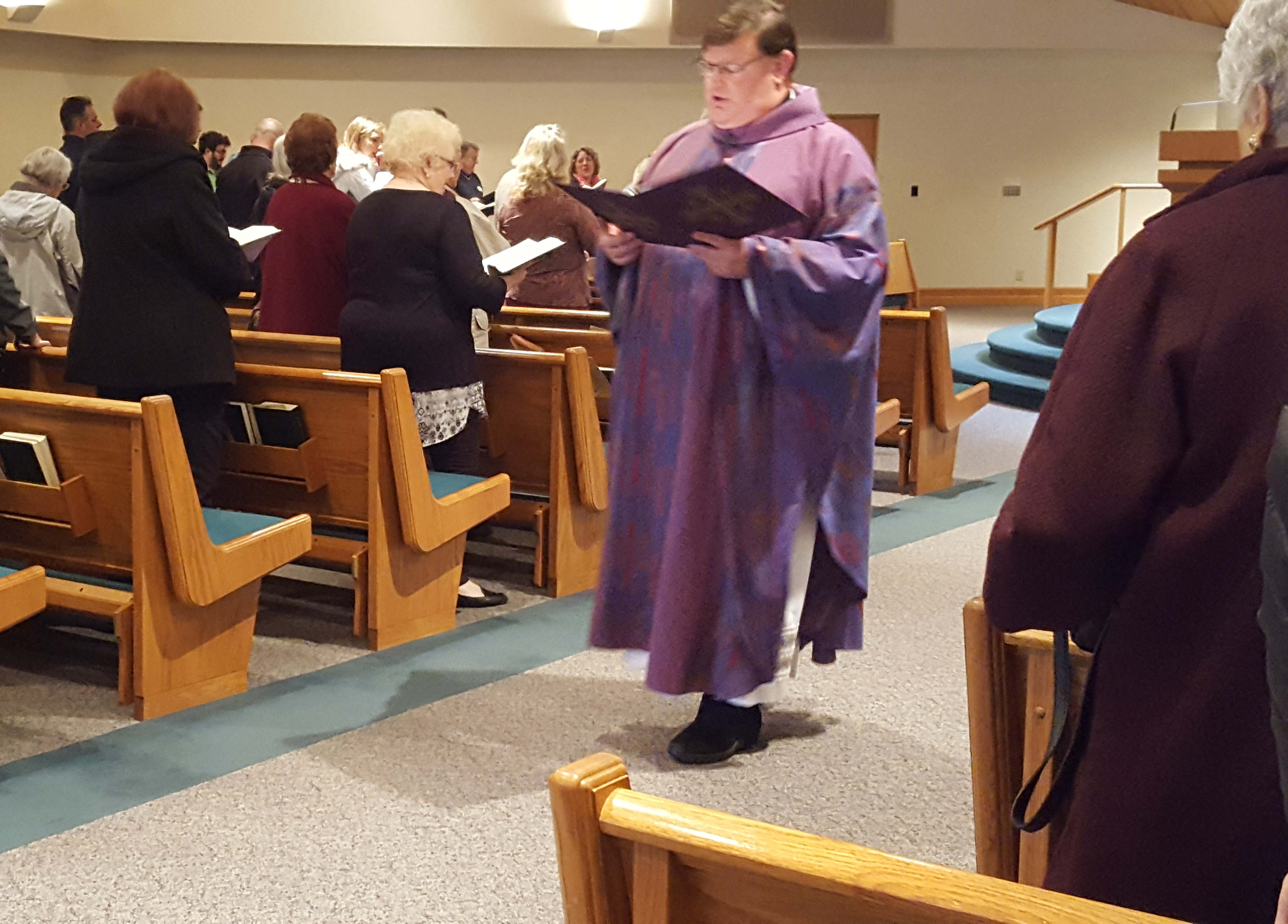 Catholic priest comes out as gay in church & receives standing ovation from his parishioners (Photos/Video)