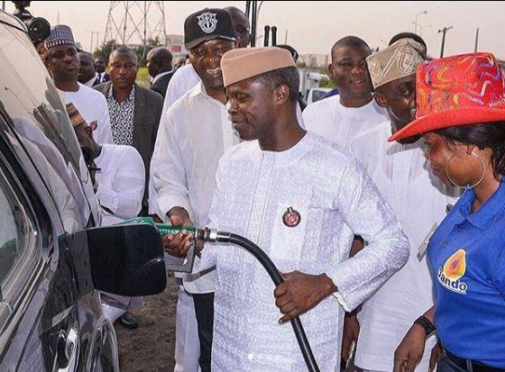 #FuelScarcity:?Vice President, Yemi Osinbajo turns petrol station attendant in Lagos