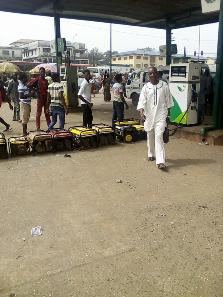 #fuelscarcity: Viral photos of Nigerians queuing for fuel with their generators in Ikorodu