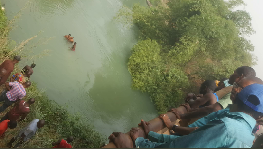 2 rescued, others feared dead as 18-seater bus is pushed by trailer into river in Agbor-Benin expressway