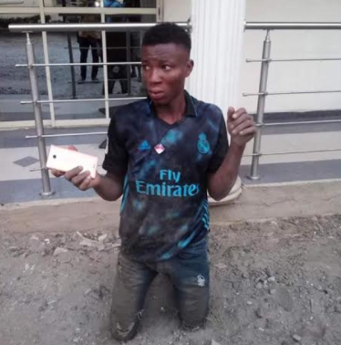 Photo: Suspected thief caught by soldiers after dispossessing a lady of her mobile phone in Delta