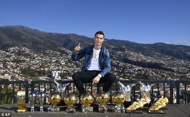 Cristiano Ronaldo poses with his 15 individual trophies to flag off the New Year?(Photos)