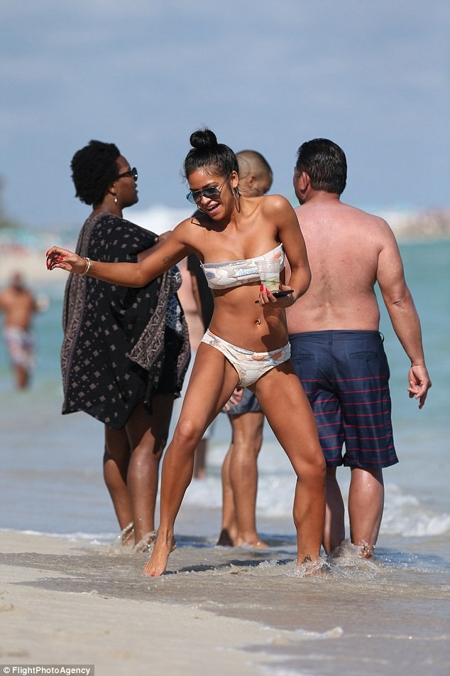Cassie puts her bikini body on display at the beach (Photos)
