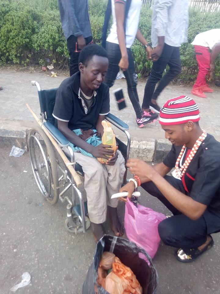 "Nigerian Man Pays His ""Tithe"" By Feeding The Poor/Disable On The Streets Of Benin, Edo State."