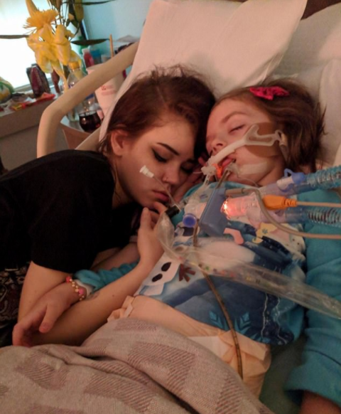 Woman shares heartbreaking photo of her terminally-ill dad crying next to her cancer-ridden daughter, 5, after finding out they will die within weeks of each other