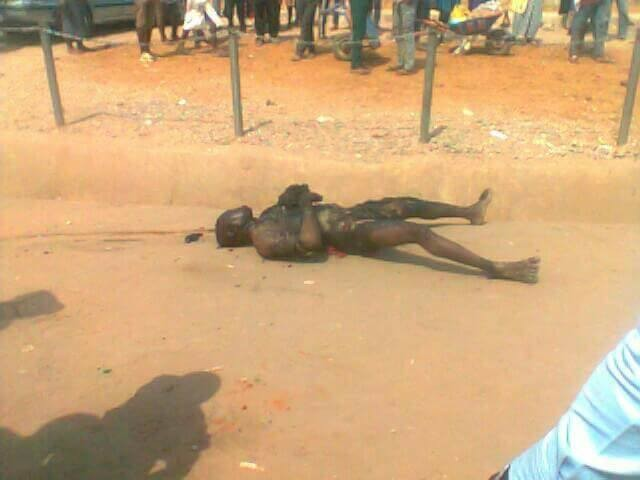Graphic: Mob set fire on a motorcycle thief in Abuja