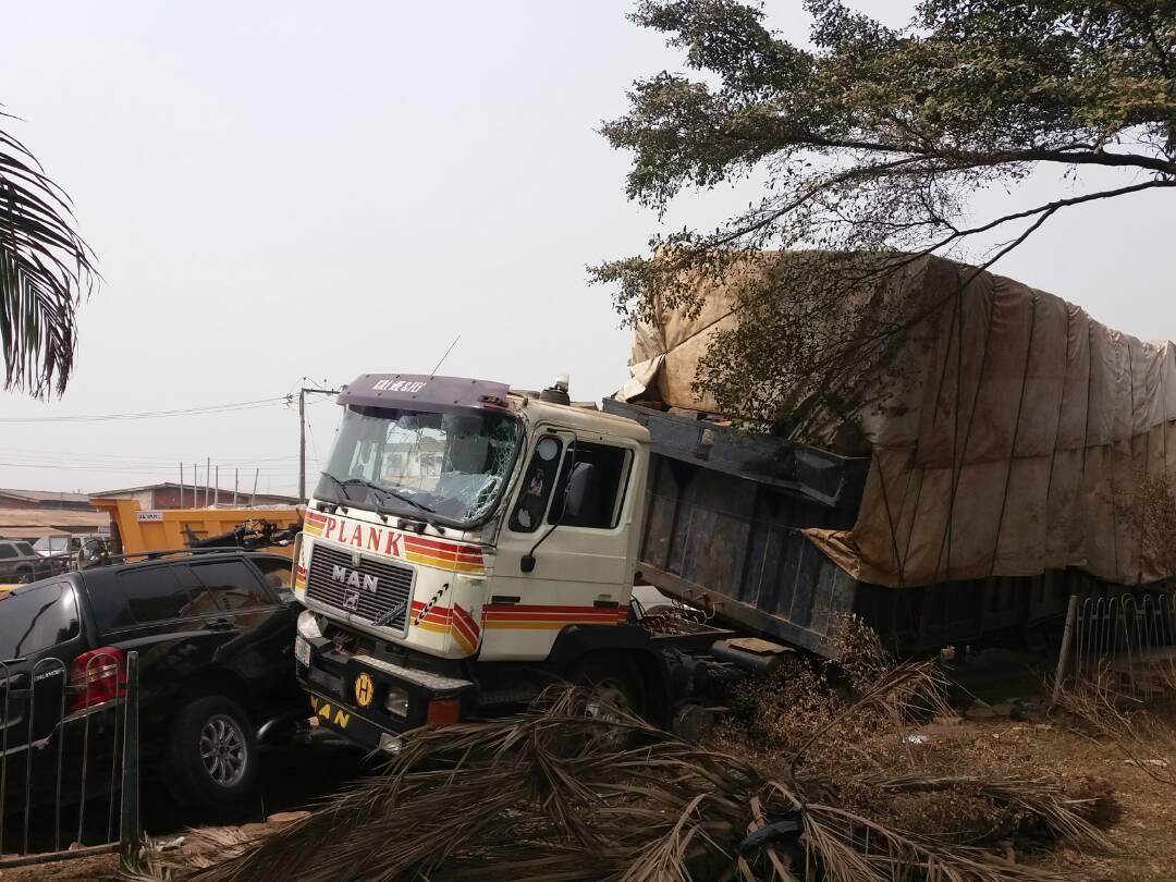 Photos: Many injured as Trailer rams into cars in Oworonshoki, Lagos