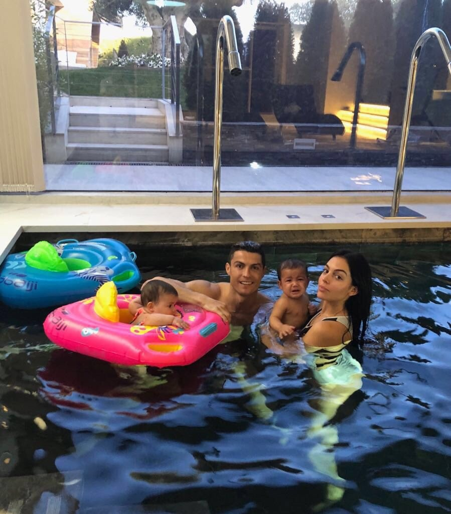 Cristiano Ronaldo poses with girlfriend and his twin children in a pool (photo)
