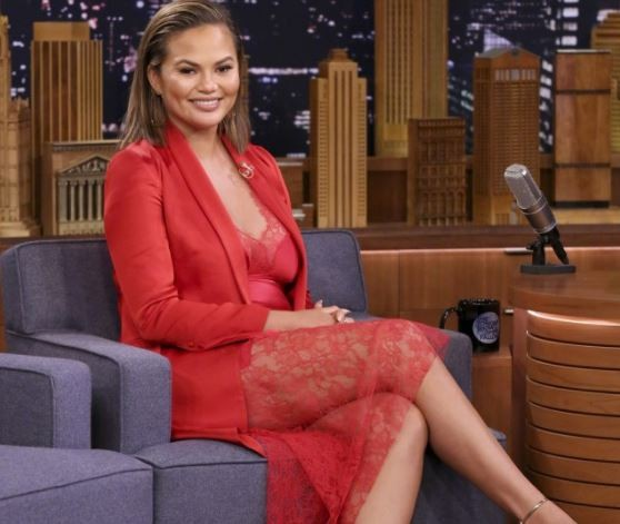 Chrissy Teigen bowed down to Beyonce & called her 'my queen' at the Grammys (Video)