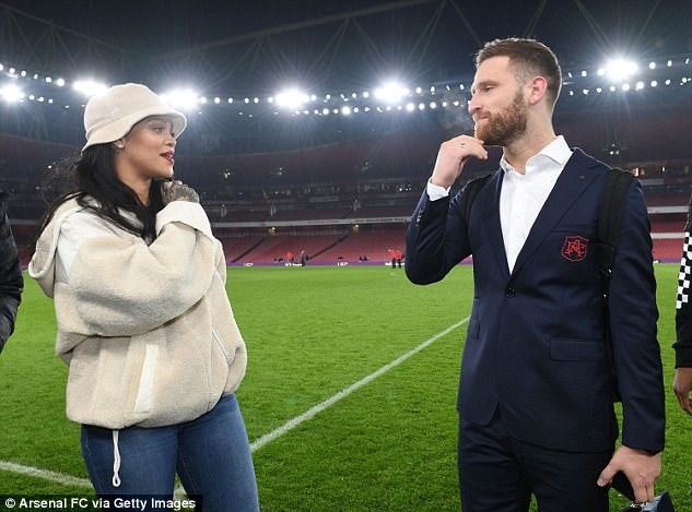 Stylish Rihanna celebrates with Arsenal squad after their win against Everton (Photos)