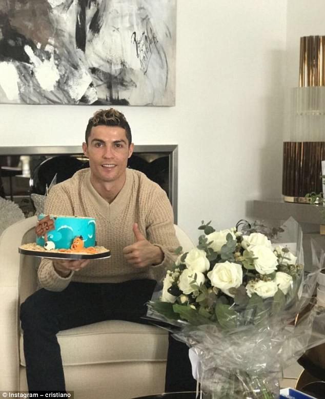 Cristiano Ronaldo  celebrates 33rd birthday with underwater-themed cake?(Photo)