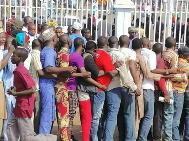 Photos: Nassarawa state residents file out to catch a glimpse of President Buhari