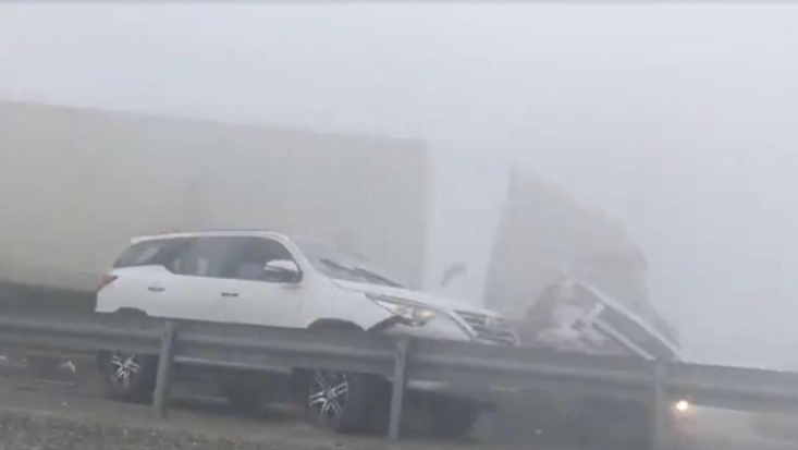 Several injured as heavy fog causes car pile up in Abu Dhabi (video)