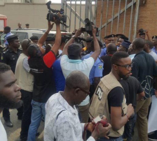 Photos:Police stops protestersfrom entering Lekki Phase1