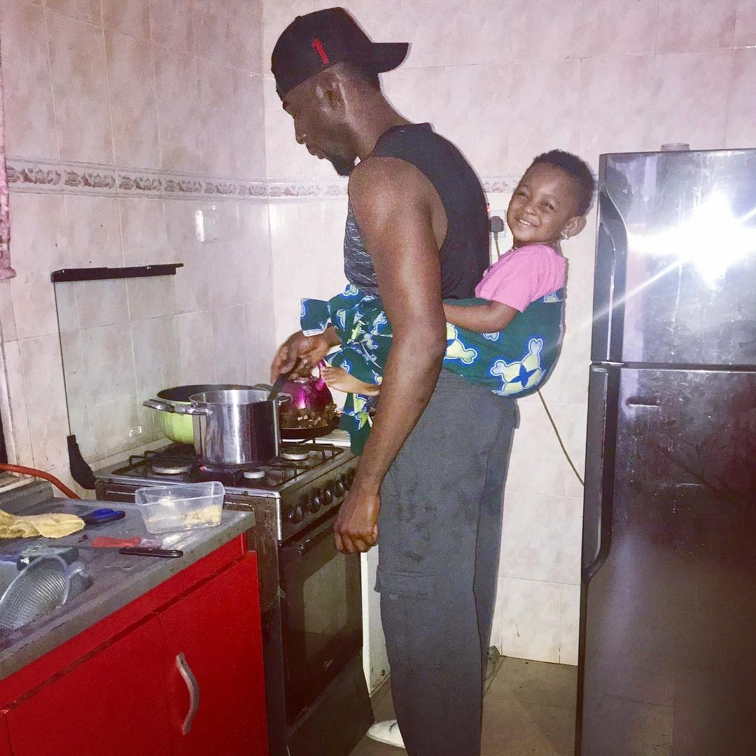 #DaddyDuties: Gbenro Ajibade backs his daughter with wrapper while cooking