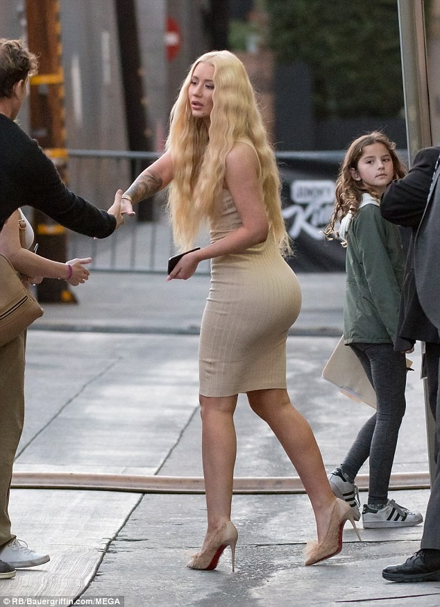 Blonde beauty Iggy Azalea shows her off long hair and curves while out in LA (Photos)