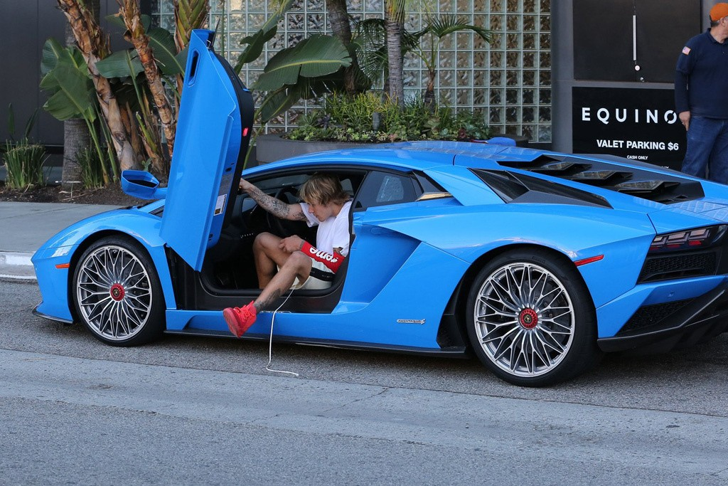 Justin Bieber shows off his Lamborghini Aventador and Kanye West?s $9,000 Nike Air Yeezy Sneakers in LA (Photos)