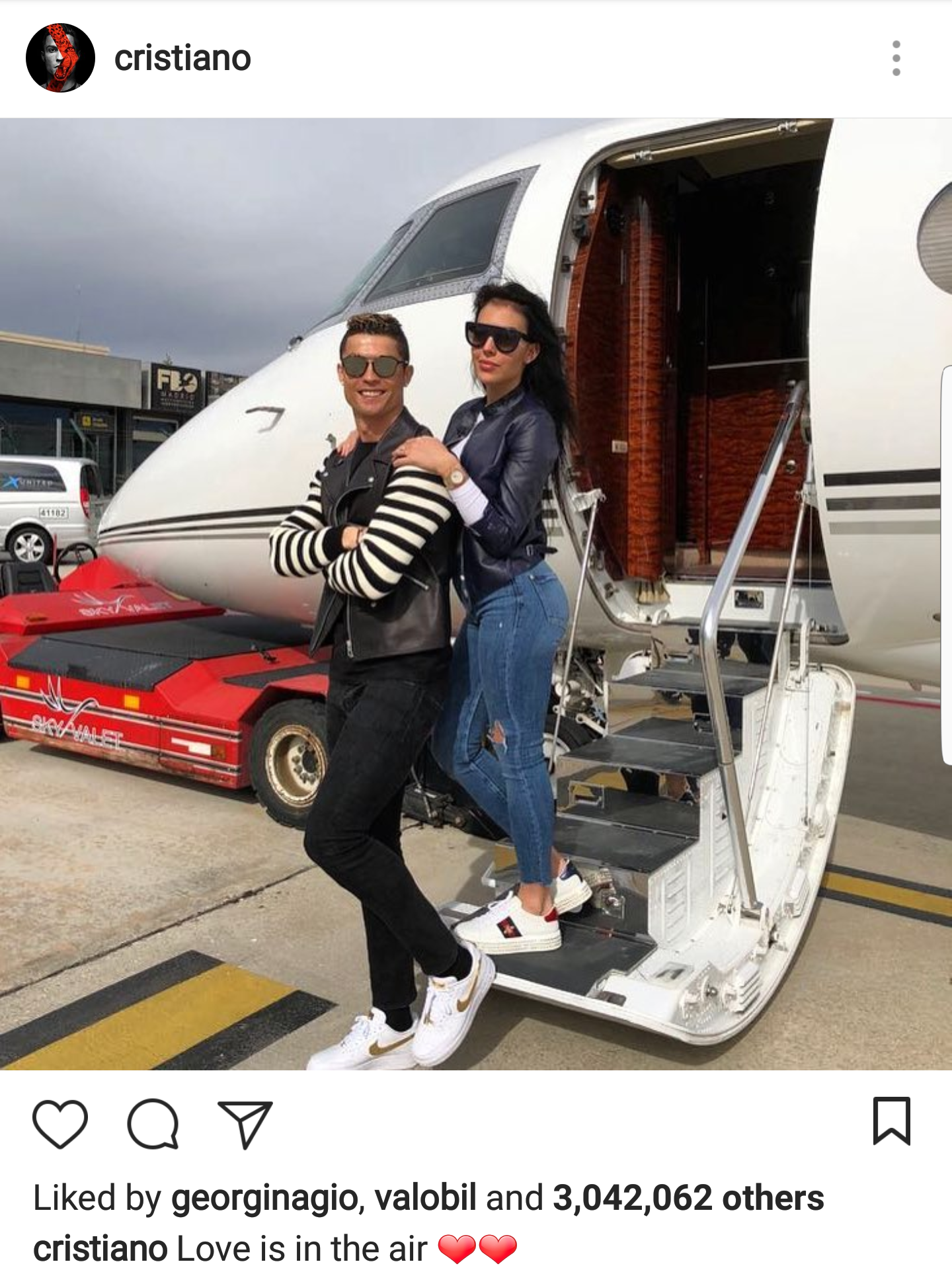 Love is in the air - Cristiano Ronaldo and  girlfriend stylish in new photo