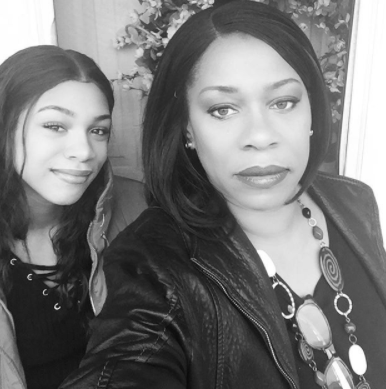 Beautiful photo of Regina Askia and her daughter that can pass for her sister