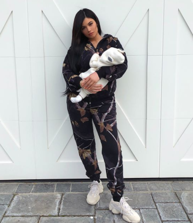 Kylie Jenner cradles 1-month-old daughter, Stormi in new photos