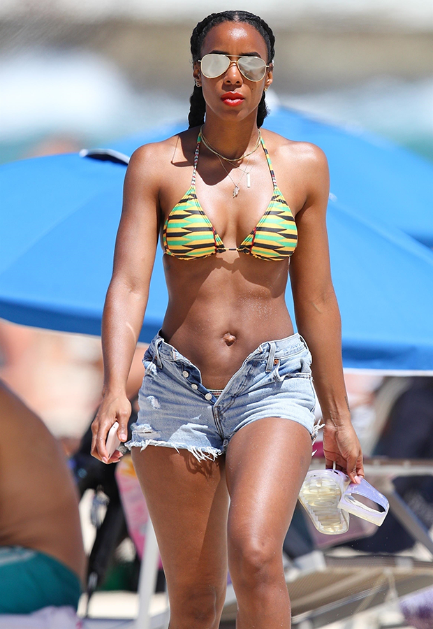 Kelly Rowland shows off her perfect bikini body...(photos)