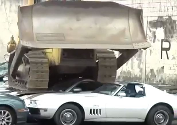 Video:?Philippines president collects cars belonging to corrupt politicians and smashes them in their presence