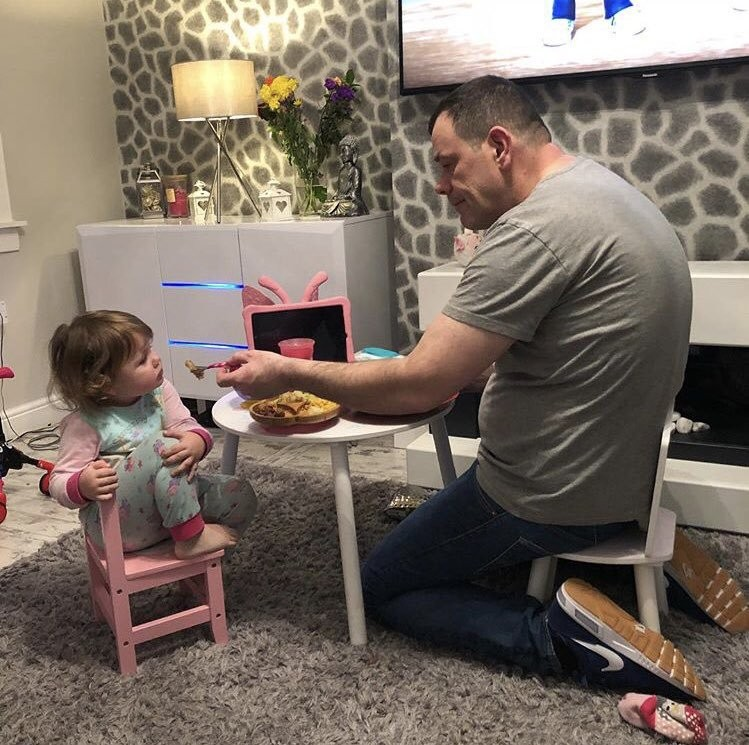 See how this devoted dad sits with his daughter to make her eat her dinner