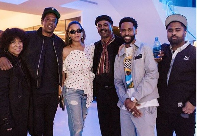 Big Sean and his family pose with Jaz-Z and Beyonce at his 30th birthday bash (Photos)