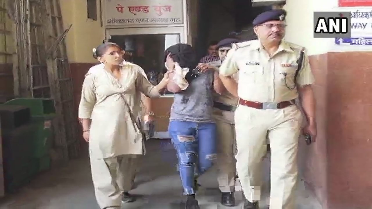 Photo: Moment Anti-narcotics team nabbed Nigerian woman with drugs in India