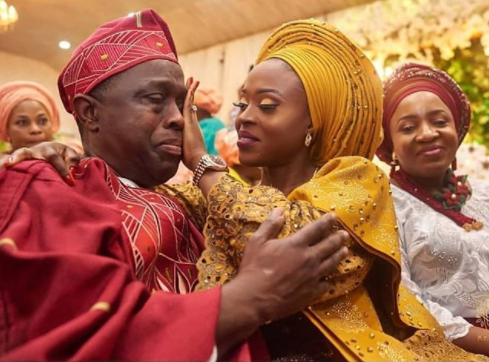 Adorable alert! Photo of bride wiping her father